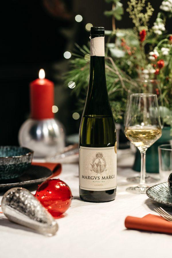 božićni-stol-dekoracija-kuglice-vino