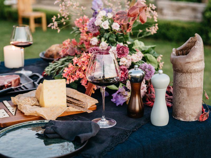 večera-za-dvoje-vino-sir-cvijeće-svijeće-steak-dva-srca-kuhača