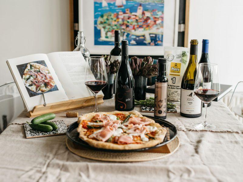recept-za-ultimativnu-pizzu-maslinovo-ulje-vino-vinska-čaša-dva-srca-kuhača